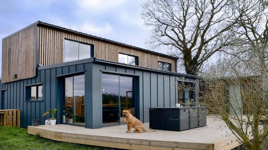 Dinan : il a construit sa maison avec seulement six containers !